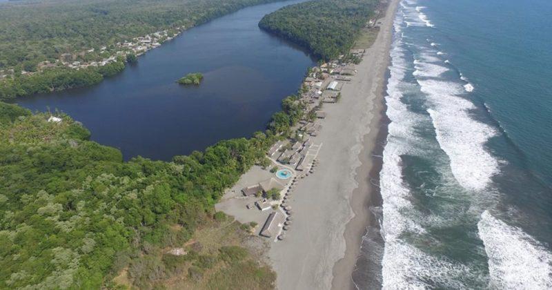 Playa en Barra de Zacapulco, Chiapas